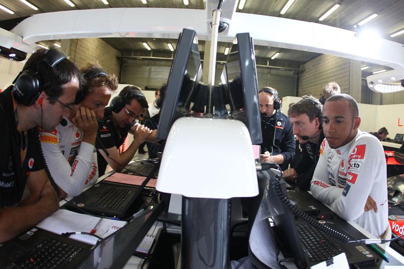 Button e Hamilton nos boxes da McLaren