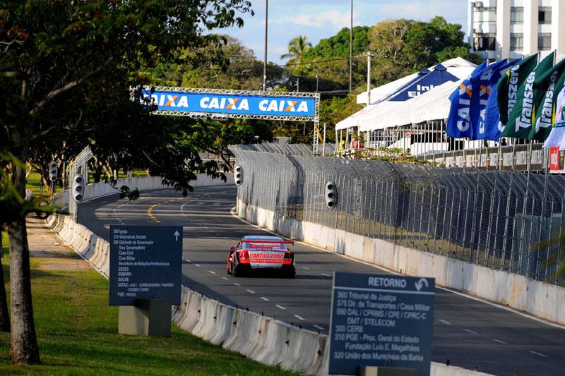 Carros fazem teste em Salvador (Fernanda Freixosa)