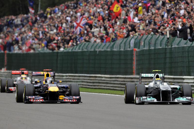 Sebastian Vettel e Nico Rosberg disputam posição em Spa