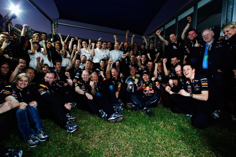 Helmut Marko celebrou com o resto do time um triunfo inédito para a Red Bull