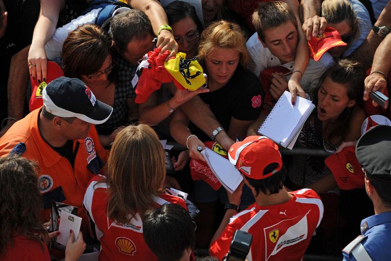 Massa atende ferraristas em Monza