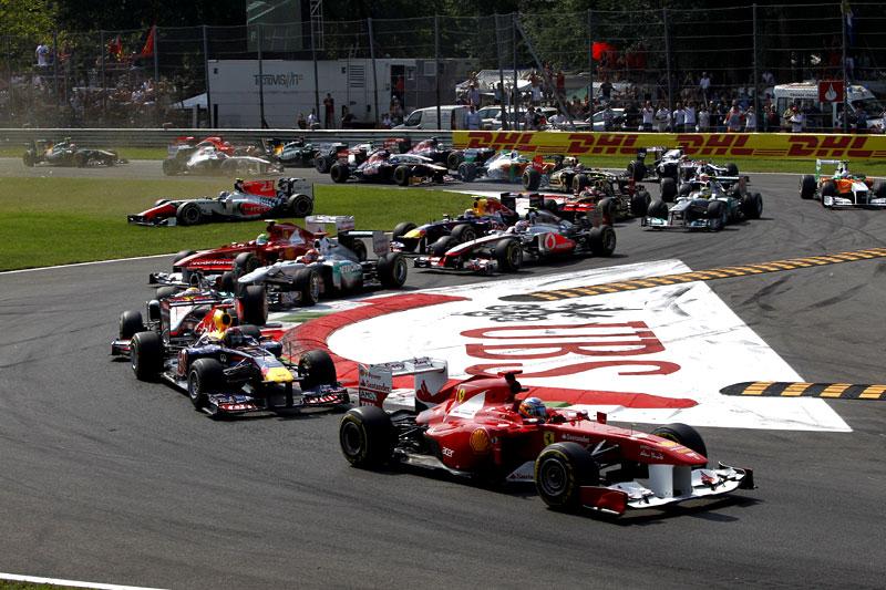 Liuzzi se prepara para estampar Petrov na largada (Divulgação/Pirelli)