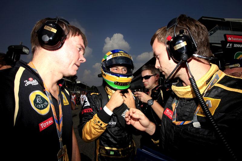 Bruno Senna conversa com os engenheiros em Monza