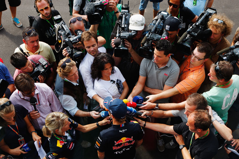Sebastian Vettel é abordado pelos jornalistas em Monza