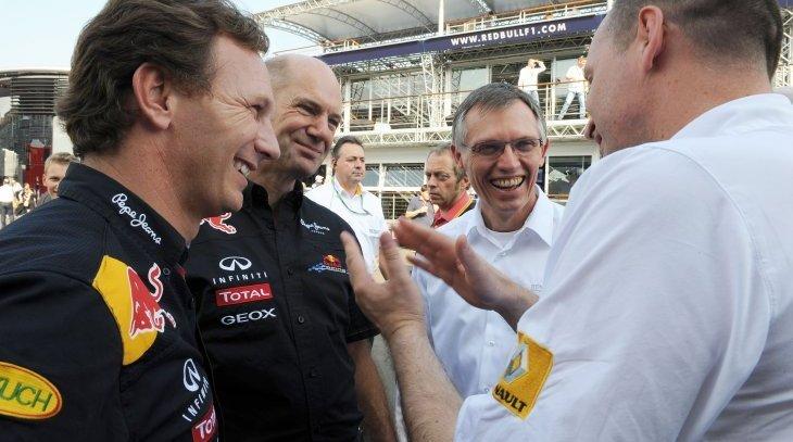 Christian Horner, Adrian Newey e Carlos Tavares conversam com membro da Renault