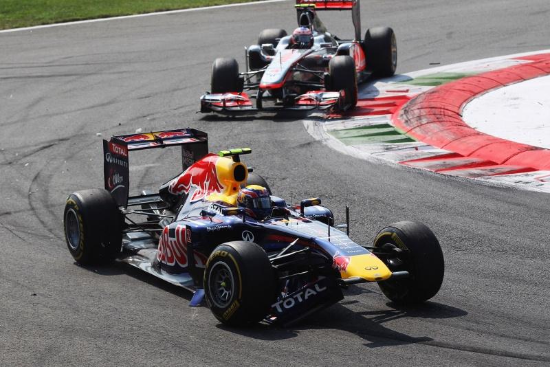 Mark Webber com o carro danificado após toque na Ferrari de Felipe Massa