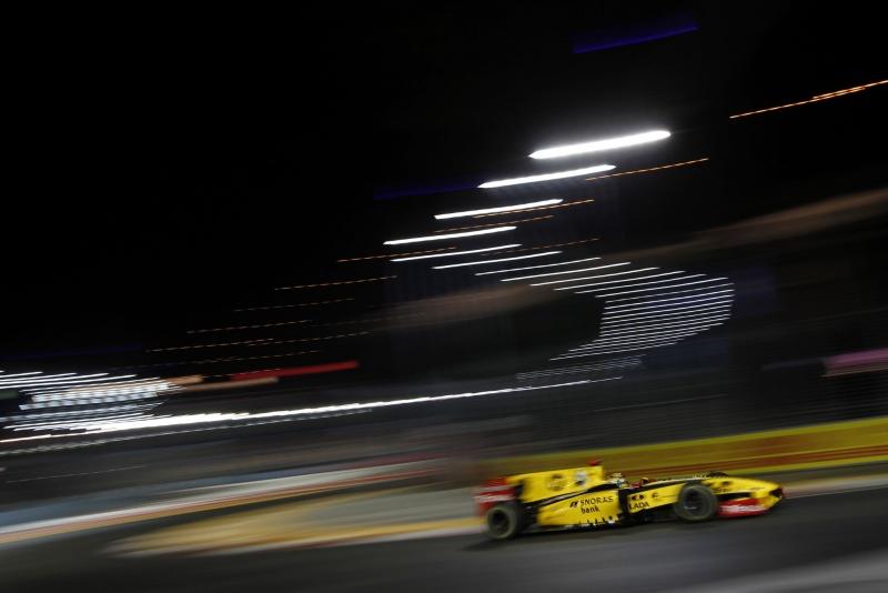 Robert Kubica com o carro da Renault no GP de Cingapura do ano passado