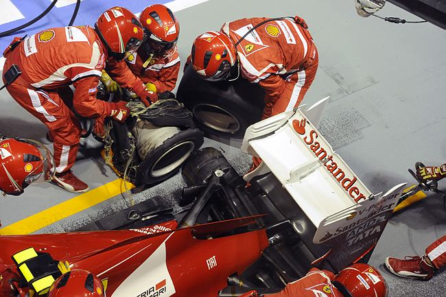 Pneu furado de Massa sendo trocado após incidente com Hamilton