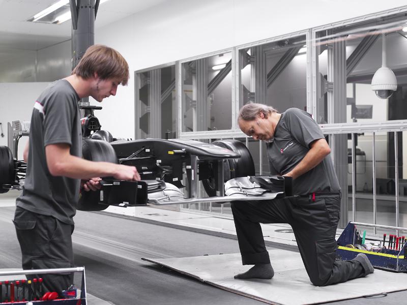 Engenheiros trabalham na nova asa dianteira no túnel de vento