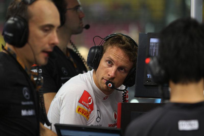 Button trabalha com os engenheiros da McLaren