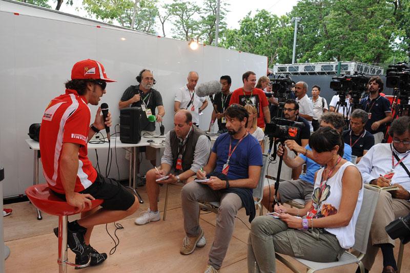 Concorrida entrevista coletiva de Fernando Alonso