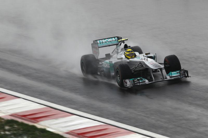 Rosberg teve de voltar aos boxes a pé apos chocar-se com Alguersuari