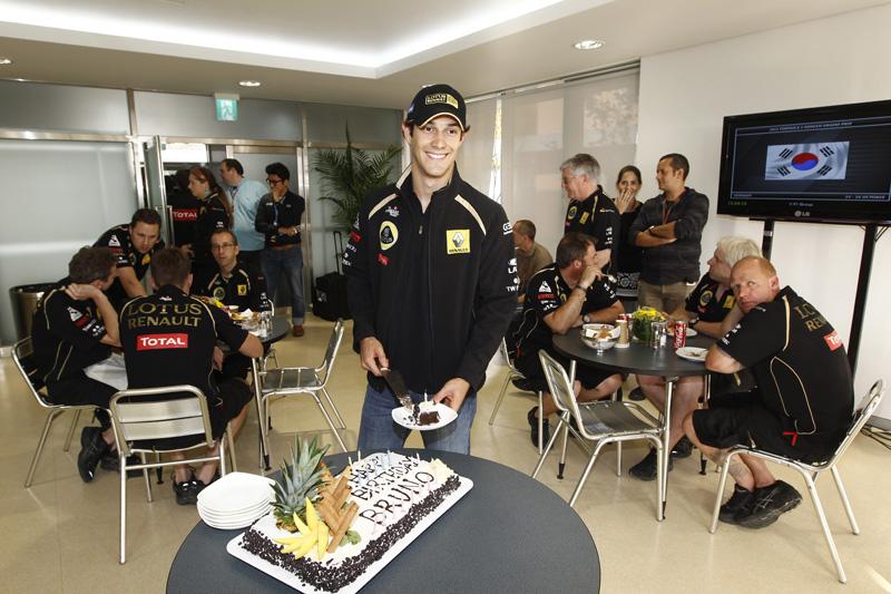 Senna ganhou bolo da Renault pelos 28 anos