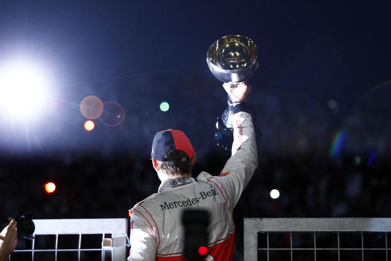 Button comemora sua terceira vitória em 2011, no Japão