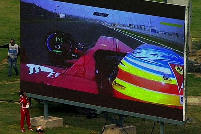 Alonso observa replay de quebra no telão