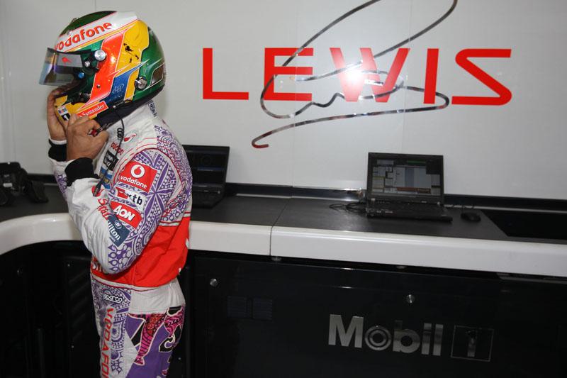 Hamilton exibe o macacão especial da McLaren para o GP da Índia
