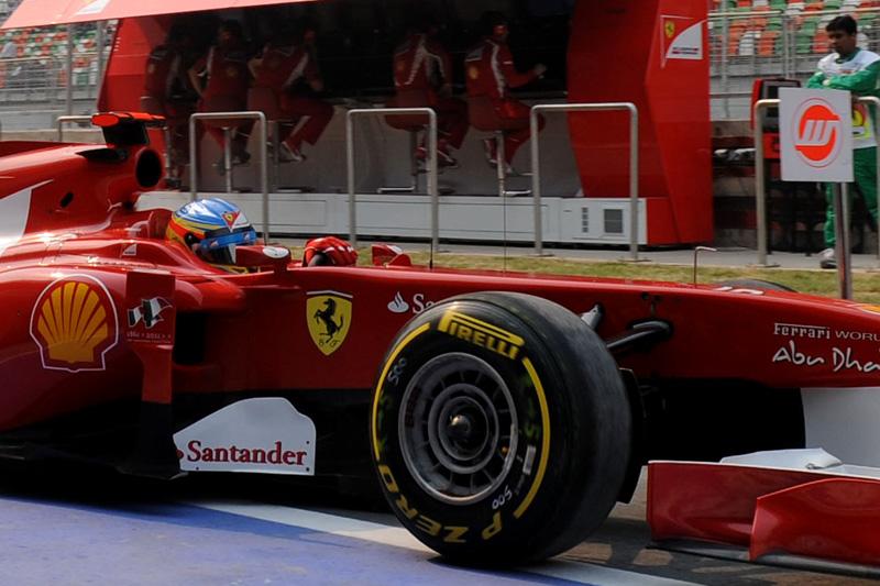 Alonso sai dos boxes em Buddh