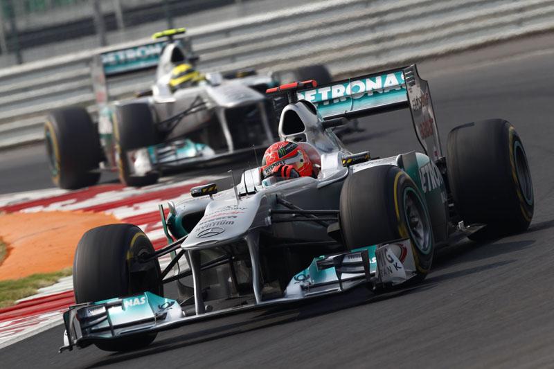 Schumacher largou atrás, mas superou Rosberg na corrida