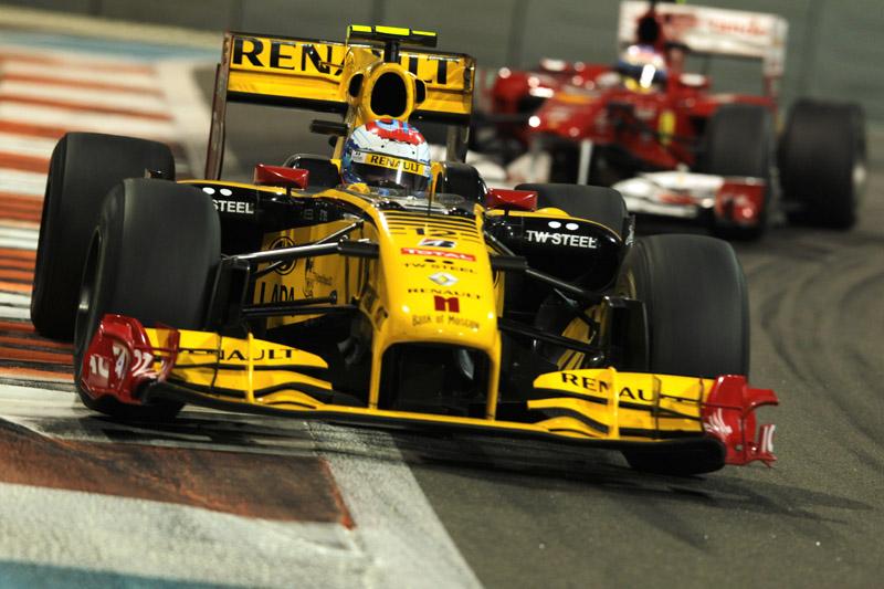 Petrov segura Alonso na disputa de 2010