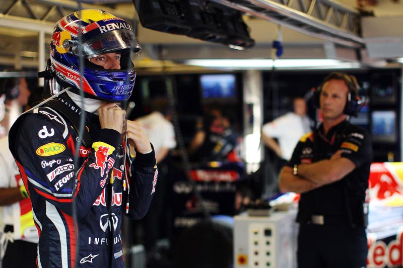 Mark Webber é observado por Christian Horner