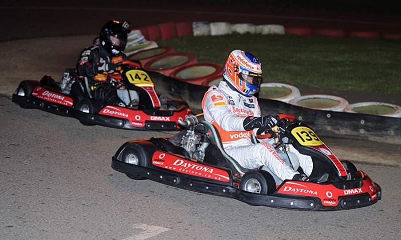 Button, de branco, e Wheldon, disputando corrida de kart (Foto: reprodução)
