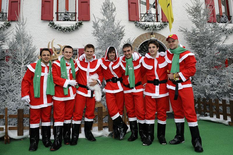 Massa, à esquerda, e Alonso, ao centro, durante festa de Natal da Ferrari
