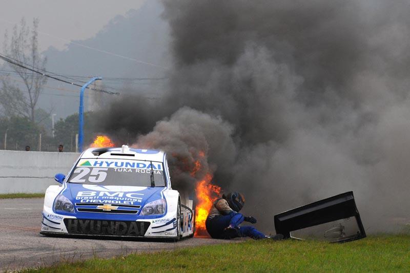 Tuka Rocha escapa de seu carro em chamas no Rio