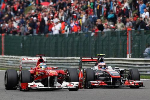Alonso e Button disputam posição