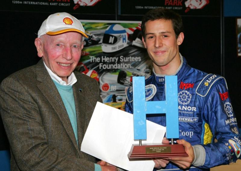 Sims com o pai de Henry, o campeão da F-1 John Surtees