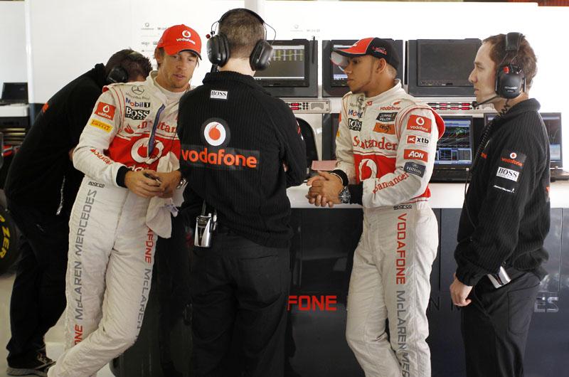 Button e Hamilton discutem com engenheiros
