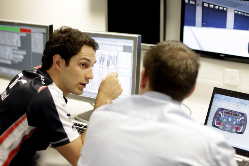 Senna conversa com engenheiros na Williams