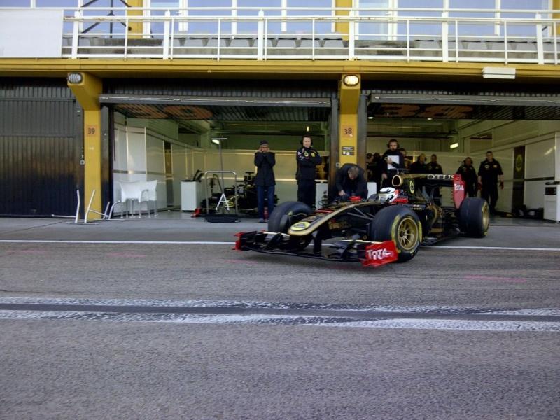 Kimi Raikkonen com o R30 em Valência