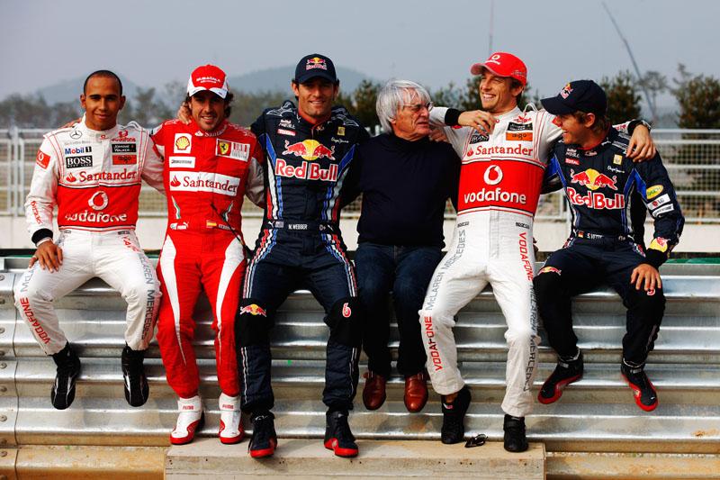 Ecclestone posa com Webber e com quatro dos seis campeões mundiais que estarão na pista em 2012