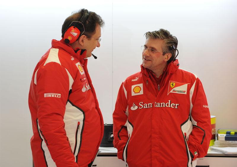 Fry conversa com o projetista Tombazis durante testes em Jerez