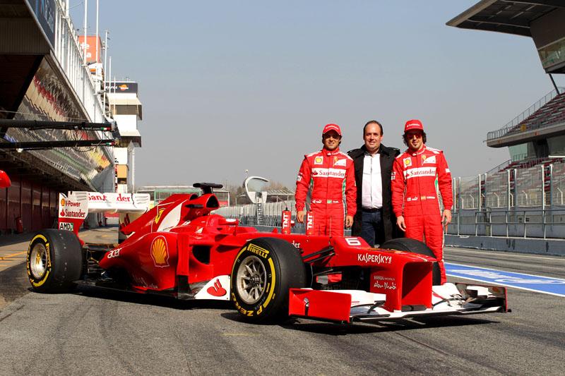 Alonso e Massa posam com a F2012