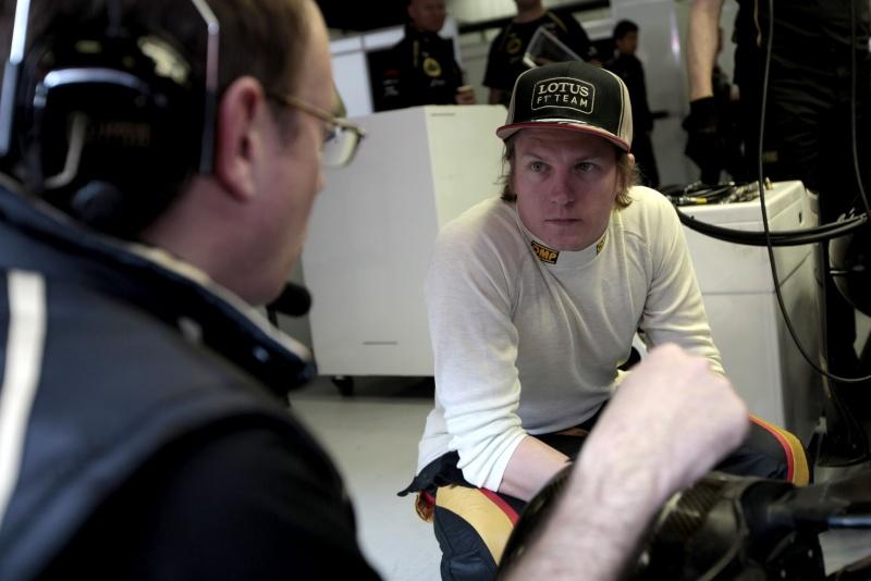 Kimi Raikkonen conversa com engenheiro durante teste de hoje em Barcelona