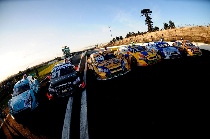Carros da Stock Car em Curitiba (Foto: Duda Bairros/Vicar)