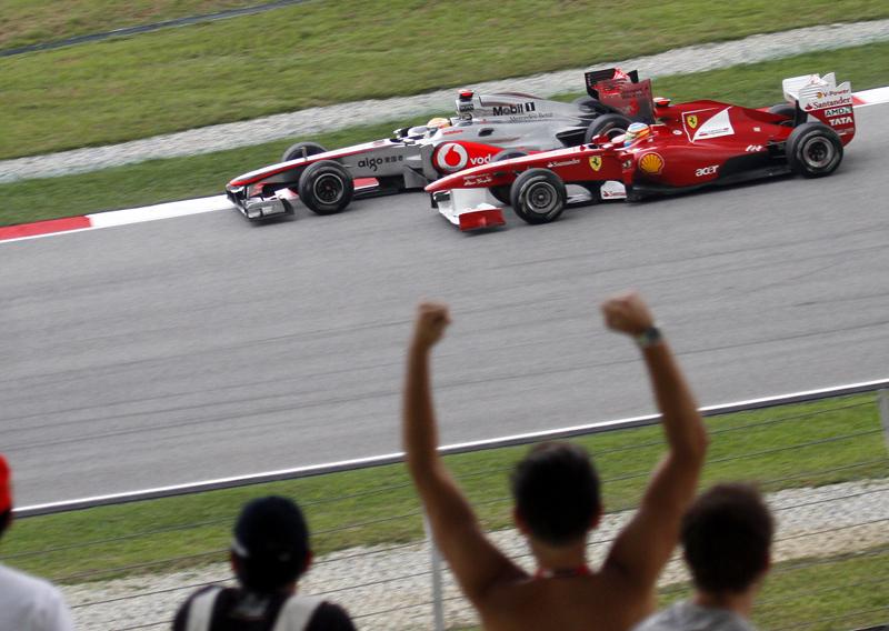 Hamilton foi punido por uma segunda mudança de posição na frente de Alonso na Malásia