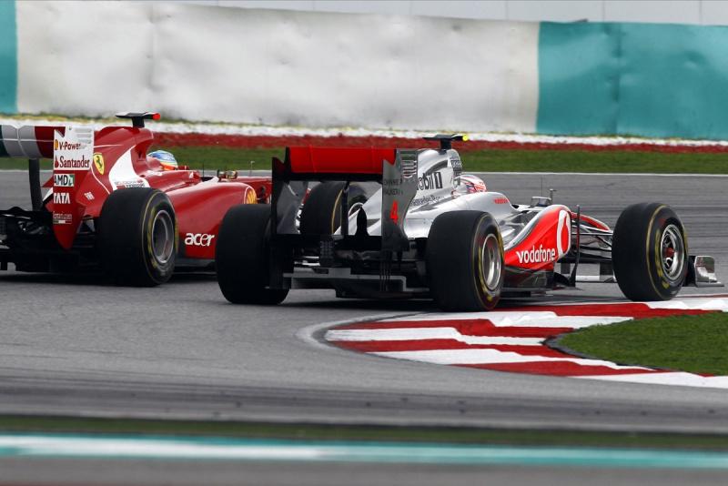 Button e Alonso, em uma das inúmeras disputas do GP da Malásia
