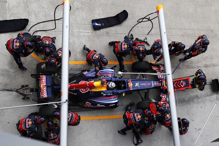 Sebastian Vettel em um de seus três pit stops