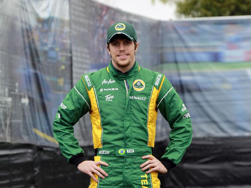 Luiz Razia, vestido com o macacão da equipe Lotus