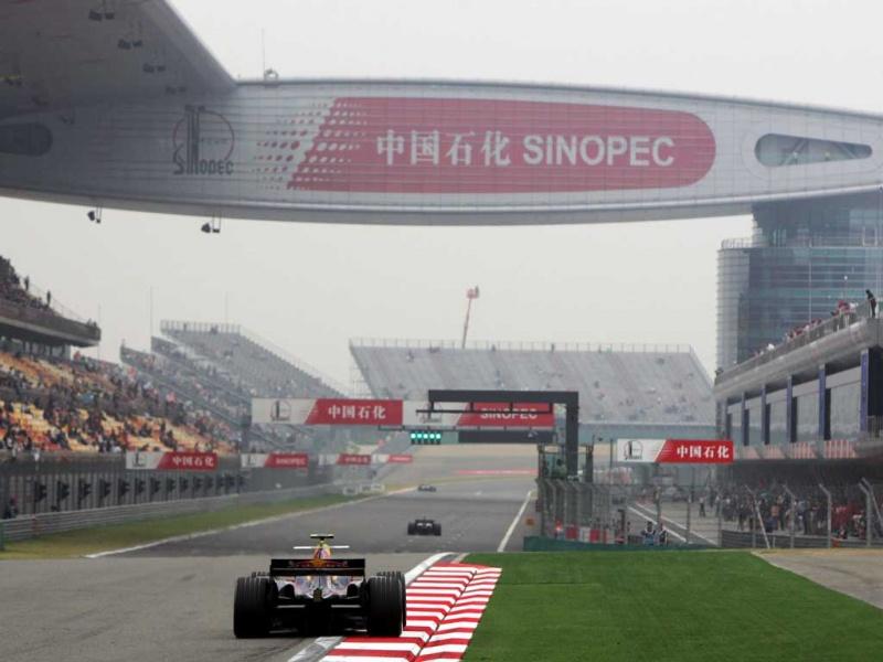 Liuzzi pilota carro da Red Bull no GP da China de 2005
