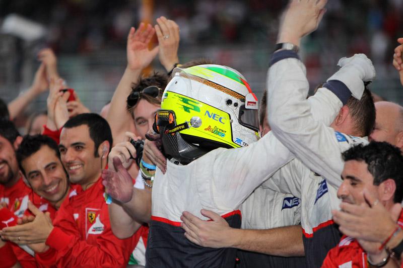 Perez comemora com mecânicos