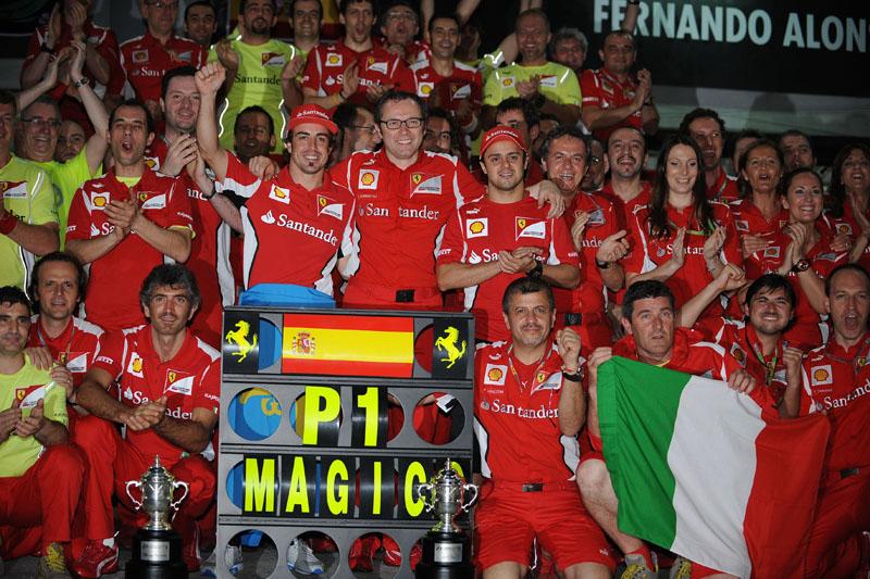 Massa acompanha Alonso na comemoração pela vitória no GP da Malásia