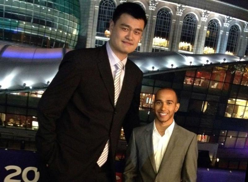 Hamilton ficou nanico perto de Yao Ming