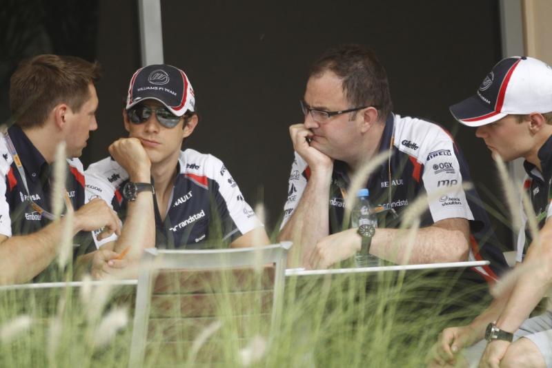 Senna em reunião com engenheiros