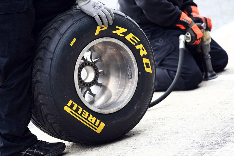 O número de jogos de pneus é limitado a seis entre a classificação e a corrida