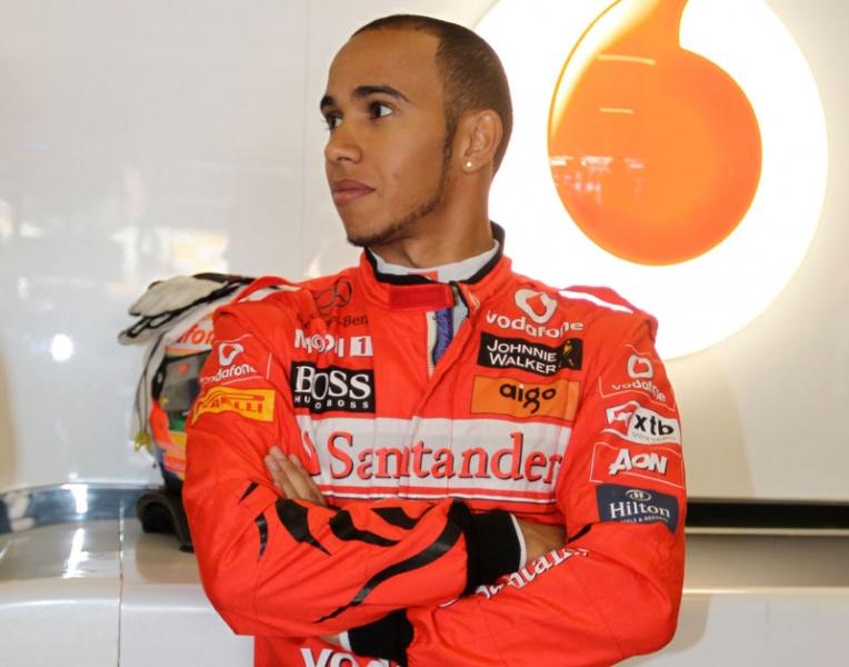 Hamilton de vermelho? Calma, é só uma homenagem do patrocinador da McLaren