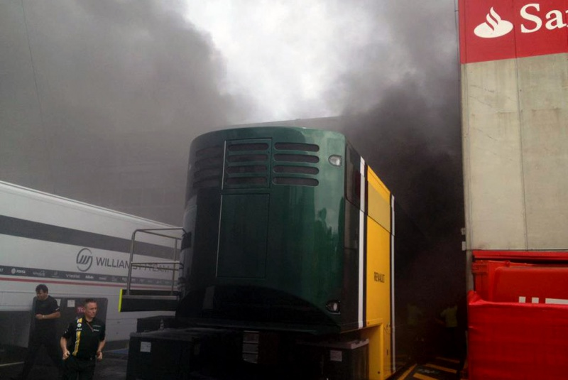 Incêndio foi forte no paddock. Fumaça era densa