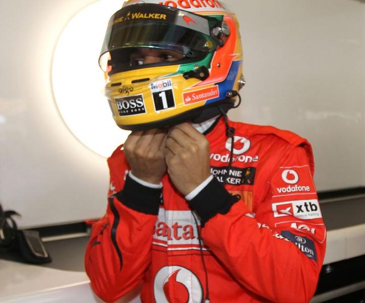 McLaren, macacão vermelho, capacete amarelo... lembra o quê?